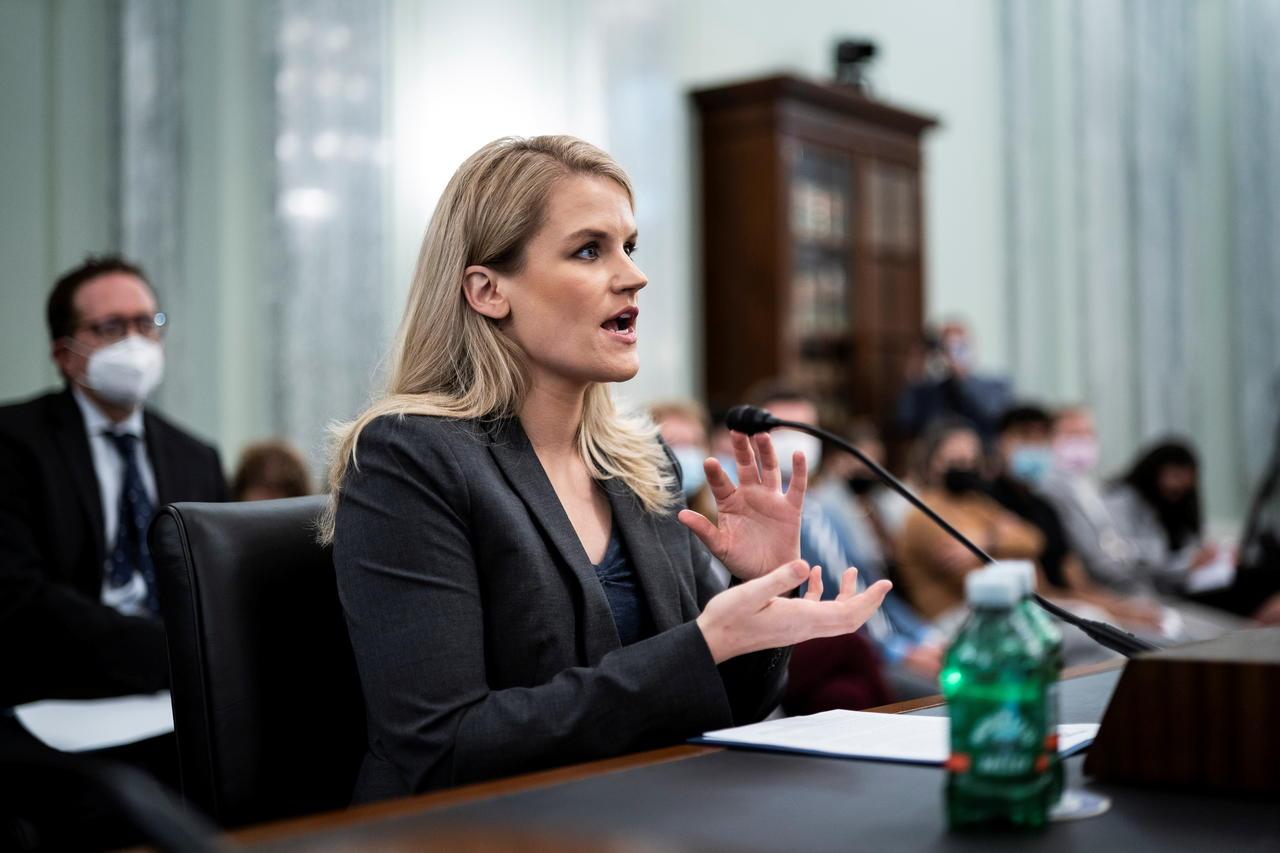 La dénonciatrice de Facebook Frances Haugen témoigne lors d'un comité sénatorial le 5 octobre.